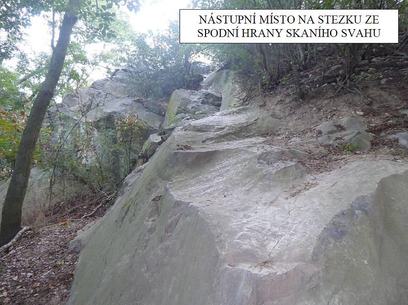 Tady, na skále pod jeskyní na vrchu Hněvín v Mostě, bude ferrata.
