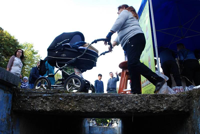 Mostečané zaplnili park u sportovní haly při moštobraní. Stály tam fronty