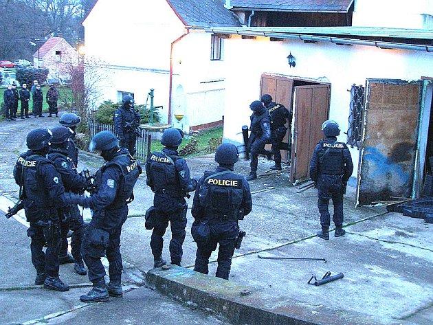 Policisté v Přibenicích, kde odhalili pěstírnu marihuany.
