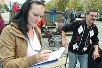 Mostecké matky podepisují petici, aby úřady zajistily jejich ochranu před pouličním šílencem.