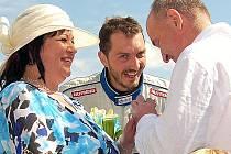 David Vršecký s novomanželským párem.