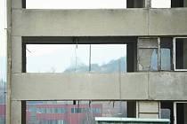Průhledný panelák číslo 7 v Chánově. Pěkné byty obyvatelé postupně zničili a zmizeli. Nikdo tomu nedokázal zabránit. Dosud se o tom diskutuje.