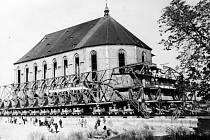 Fotografie z přípravy a samotného unikátního přesunu kostela Nanebevzetí Panny Marie v Mostě.