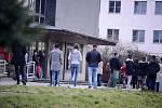 Fronta před hlavní mosteckou poštou v pátek 20. března ráno