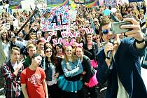 Selfíčko studentů s moderátorem Petrem Říbalem na 1. náměstí.