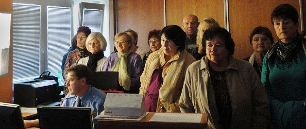 Zájemci zřad seniorů zKlubu důchodců Hamr při prohlídce kamerového systému na služebně Městské policie Litvínov