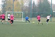 V Mostecké lize malé kopané se hrají semifinálové duely.