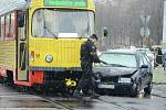 Kolem půl osmé do sebe u nádraží v Mostě nabouraly osvětlená Vánoční tramvaj a osobní auto.