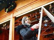 V Mostě začaly Vánoční trhy, vrcholí výstavba kluziště.