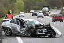 Nehoda na silnici Most - Lovosice. Škoda Roomster shořela ve škarpě, BMW bylo na odpis. Jen zázrakem na místě nebyl nikdo zraněn.