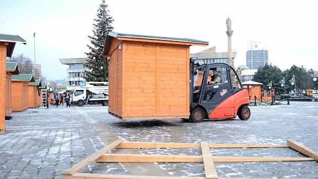 Město Most rozšířilo Vánoční trh na 1. náměstí o další stánky a rozmístilo je podle nařízených rozestupů.
