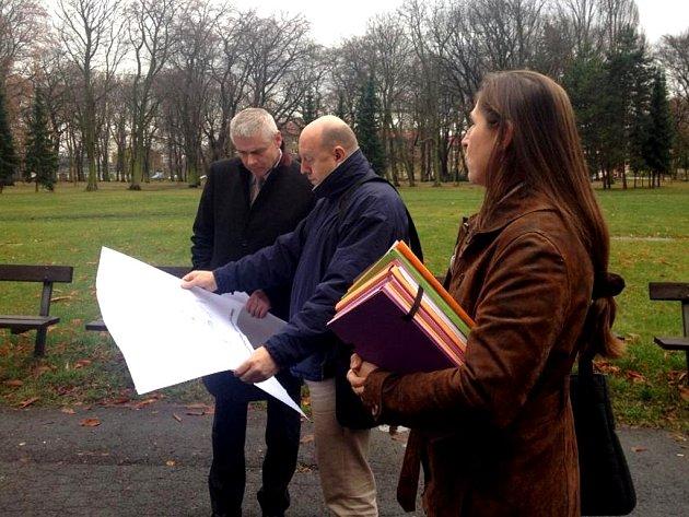 Starosta a místostarosta nahlížejí do projektu revitalizace parku.