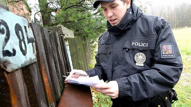 Policista při kontrole chaty v Brandově.