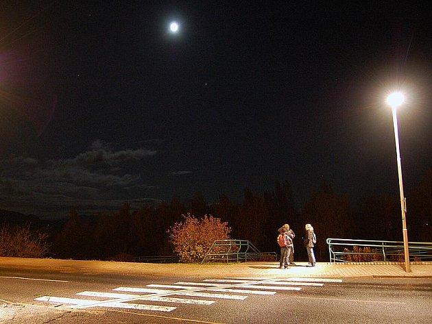 Dobře osvětlený přechod v Mostě.