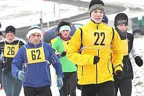 Tempo vedoucí skupiny na trati Lomazické stezky udává pozdější vítěz Jakub Coufal (22), vpravo Michal Zbuzek, dále zleva Michal Kovář (26), Karel Vodrážka (62) a Ivana Sekyrová.