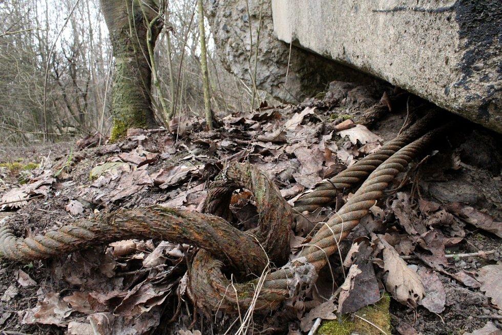 Detail na oceloválana bunkru na Červeném vrchu u Braňan na Mostecku.