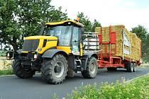 Na Mostecku už se sklízí úroda z polí. Zemědělcům začaly žně. Sklizen už je ječmen ozimý, tak zbývá z posekaných polí odvézt balíky se slámou.