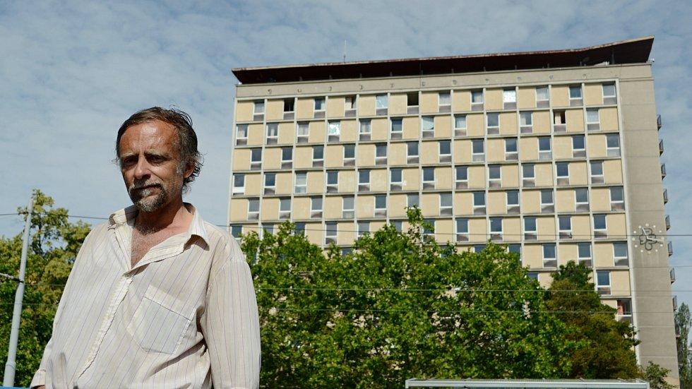 Pětapadesátiletý Petr Müller z Mostu patřil k desítkám stálých klientů hotelu Domino