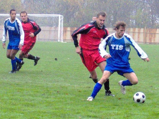 Rezerva Horního Jiřetína (červené dresy) vybojovala na Meziboří bod za remízu 1:1.