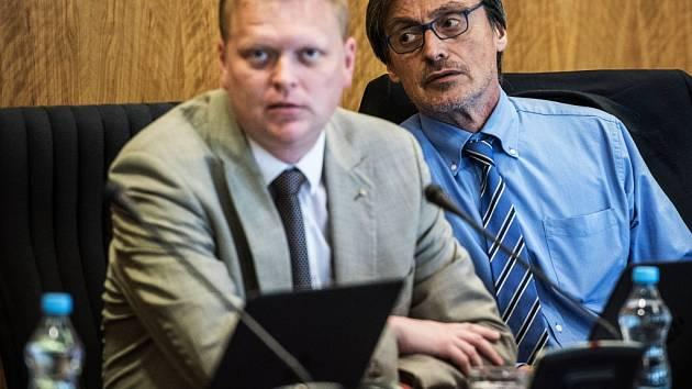 Vláda už letos jedno výjezdní zasedání absolvovala. Konalo se 22. července v Ostravě. Nechyběli na něm ani vicepremiér Pavel Bělobrádek a šéf KDU-ČSL(vlevo) a ministr obrany Martin Stropnický.