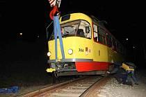 Vykolejenou tramvaj dostal zpět na koleje přivoalný autojeřáb