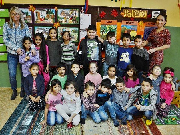 Žáci 1.AZákladní školy Litvínov – Janov střídní učitelkou Leonou Šavelovou (vpravo) a asistentkou pedagoga Alenou Perglerovou