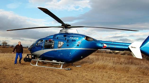 Do pátrání se zapojil i policejní vrtulník. Ilustrační foto.