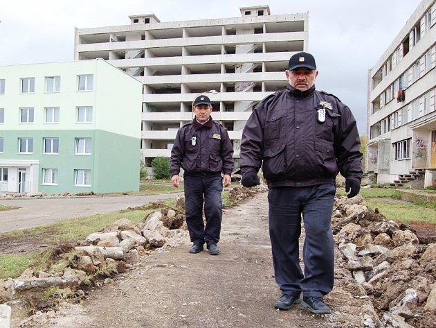 Peter Bažo (vpravo) z městské hlídky kráčí Chánovem. To byl rok 2012. Práci si udržel a v srpnu se stal lídrem Mostečanů Mostu.