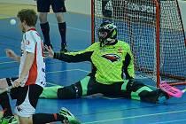 Bivojové (v černém) hráli s Pardubicemi v kadaňské sportovní hale.