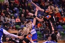 Hana Martinková (s míčem) v zápase se Šalou.