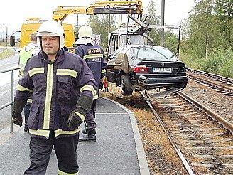 Odklízení auta z kolejiště.
