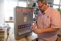 Do mosteckého artmatu vhodíte mince, vypadnou umělecká díla