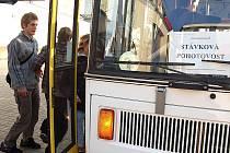 Vozidla MHD jsou označena výstrahou odborářů. Obávají se, že finanční škrty v dopravě povedou k propouštění či snížení platů.