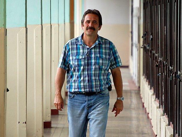 Zástupce ředitele Pavel Barták, třetí nejmocnější muž ve škole, dostal padáka. Podle ředitele Jiřího Škrábala byl nadbytečný. Barták, který chtěl změny, v tom vidí odplatu za kritiku.