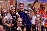 Eva Bezpalcová (v modrém dresu) slaví šestý český titul. Pro ní je s Mostem poslední. Zkušená brankářka v týmu končí.