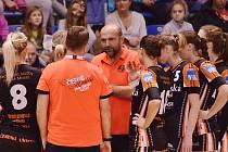 Trenér Mostu Peter Dávid udílí během zápasu taktické pokyny svým hráčkám.