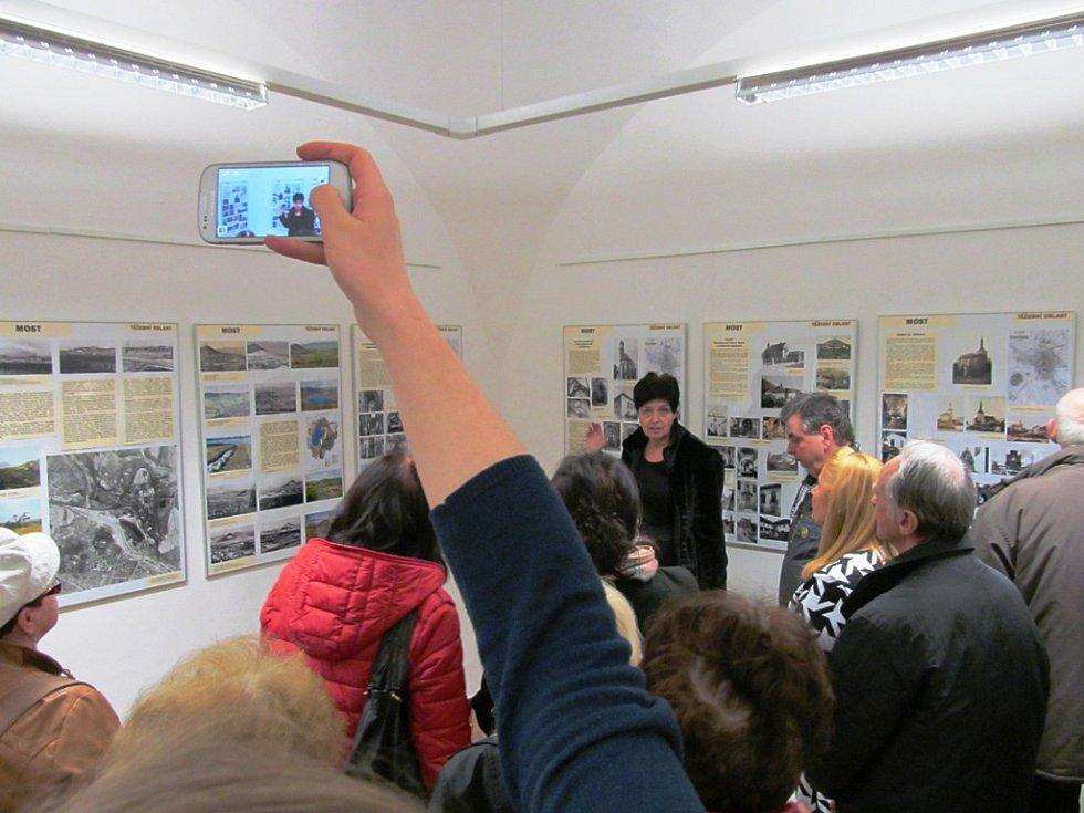 Eva Hladká vykládá návštěvníkům zahájení výstavy.
