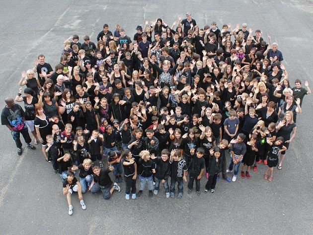 Poslední společné focení školáků ze 16. ZŠ v Mostě.