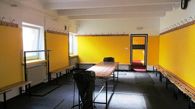 Takto nyní vypadá kabina hostů na zimním stadionu. Manažer Robert Kysela prostory označuje za katastrofální.
