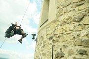 Alchymista Edward Kelley (herec Zdeněk Turek) prchá z věže mosteckého hradu Hněvín, kde byl v 16. století vězněn.