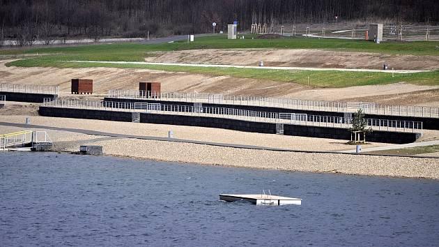 Jezero Most 4. dubna odpoledne na Bílou sobotu.