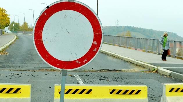Most u nemocnice byl před dvěma lety dlouho zavřený kvůli poškození konstrukce. Závada je ale rozsáhlejší. Celková rekonstrukce (výměna nosné konstrukce) má problém vyřešit, jenže jsou potíže spozemkem.