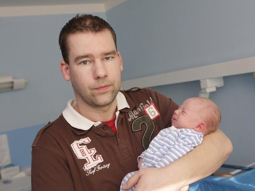 Mamince Lence Hubalové z Litvínova se v Chomutově narodil 12. března v 15.30 hodin syn Dominik Daniel Vatrt. Měřil 51 cm a vážil 3,3 kilogramu. Na snímku s tatínkem Danielem Vatrtem.