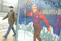 Chodec míjí v Mostě reklamu moravských ski areálů, které lákají Severočechy na Valašsko.