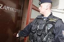 Policisté občas v Mostě namátkově prověřují vchody do domů. Nejsnadněji lze proniknout do zanedbaných paneláků, jejichž obyvatelé zapomínají zamykat staré kovové dveře.
