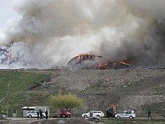 Hořící hromady odpadků na skládce Celio. Archivní foto