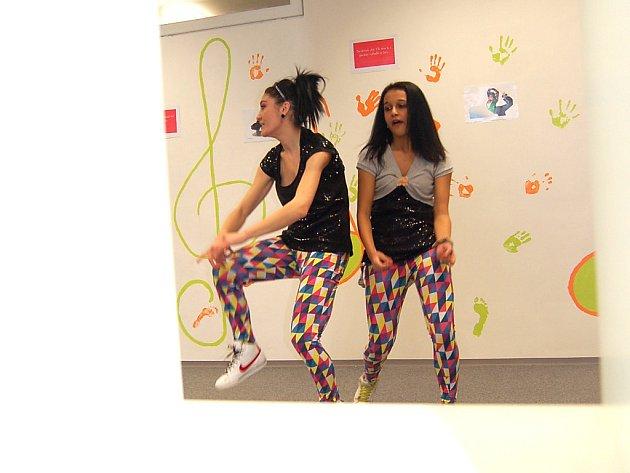 Dívky tancují v novém volnočasovém zařízení pro lidi od 15 do 26 let. Vzniklo za 9 milionů korun na zimním stadionu v Mostě.