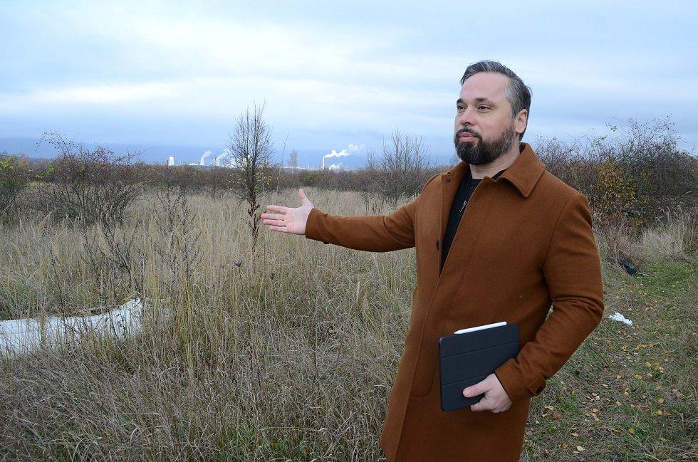 Michal Diviš z české realitně-poradenské  společnosti 108 Agency ukazuje na zarostlou plochu Střimické výsypky v Mostě, kterou chtějí soukromí vlastníci proměnit na technologický park pro inovativní průmysl.