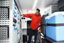 René Kováč, vedoucí skupiny kriminalistické techniky v Mostě, ukazuje vnitřní vybavení mobilní kriminalistické laboratoře v terénním vozidle VW Amarok. Speciální vůz stál čtyři miliony korun, většinu zaplatila Evropská unie.
