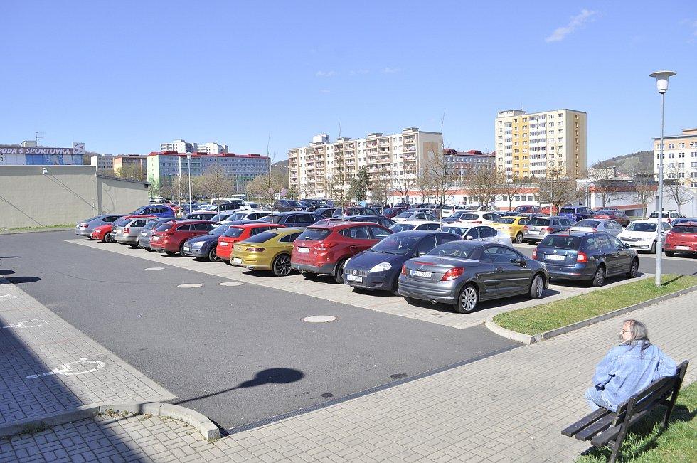 Situace v okolí bloků 519 a 520 v pondělí 26. dubna dopoledne.